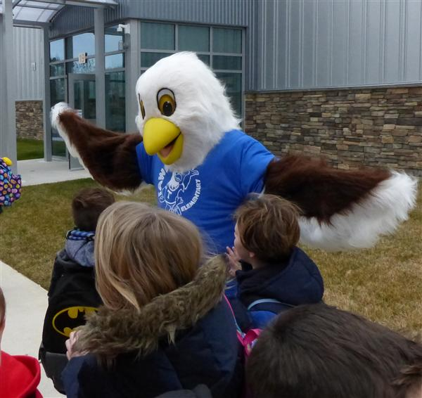 Tawanka meets their new mascot on SPIRIT Day