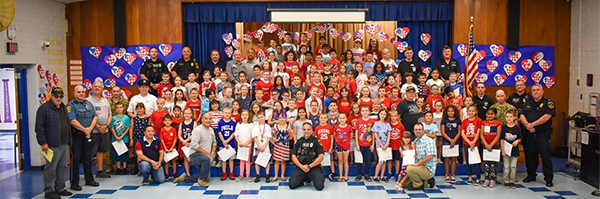 Large group photo of Ferderbar 2nd graders with guests